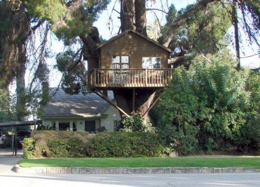 Drewniany domek dla dzieci na drzewie