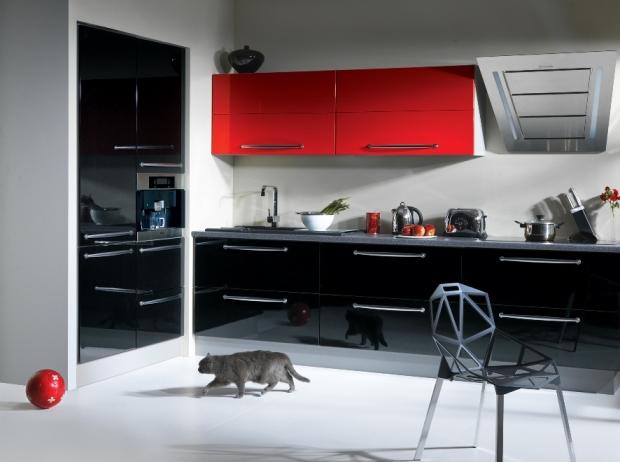 Nowoczesna kuchnia w czerni i czerwieni