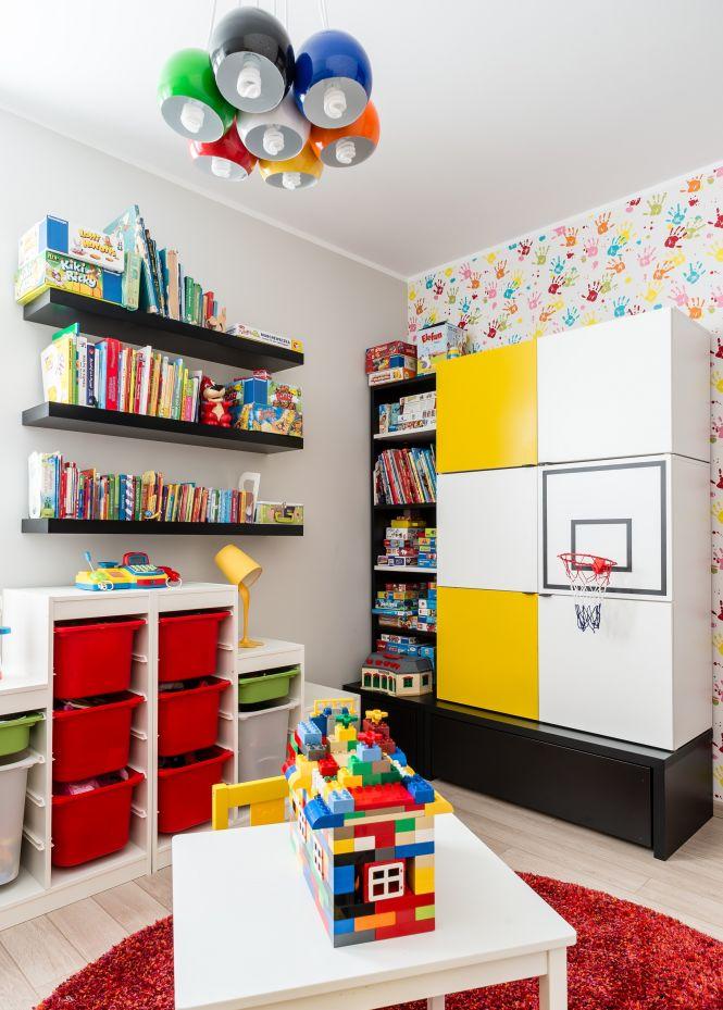 Pomysł na pokój dziecięcy dla przedszkolaka - kolorowe pudła i szafki
