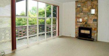 Układanie wykładziny dywanowej w salonie
